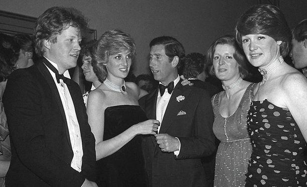Sarah (2. oik) iski silmänsä Charlesiin, kun Diana oli vain 16-vuotias. Kuvassa myös Dianan Charles-veli (vas.) ja Jane-sisar (oik.).