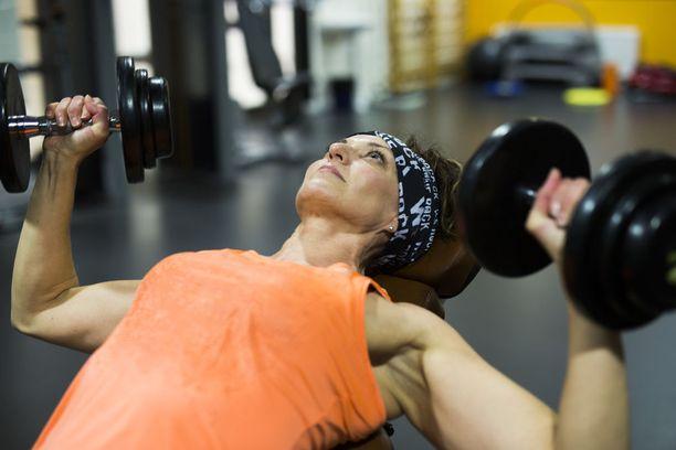 Tuija Elo nauttii nykyään liikunnasta hyvinvoinnin vuoksi - ei kehonrakennuksillisista syistä.