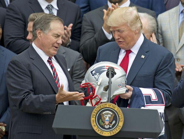 New England Patriotsin päävalmentaja Bill Belichick (vas) ja Donald Trump tuntevat toisensa jo pitkältä aikaa.