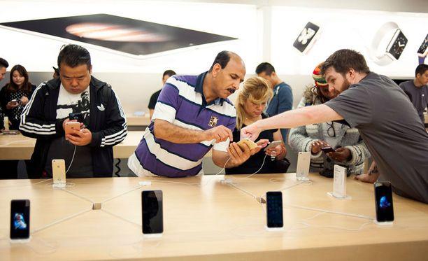 Uusia iPhone 6s -puhelimia Applen kaupassa Kanadan Torontossa.