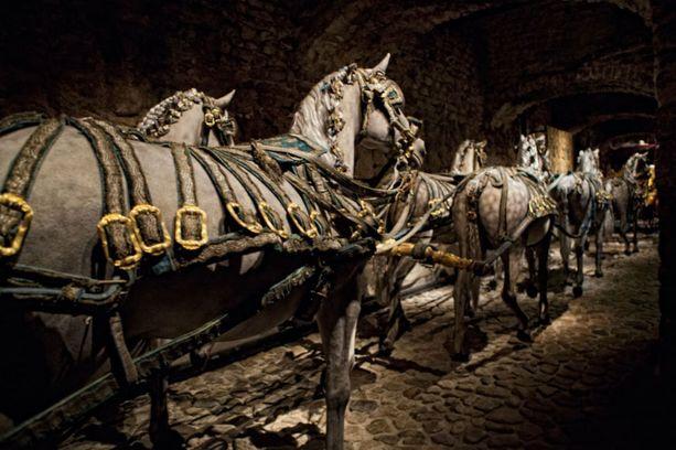 Livrustkammareniin on varastoitu myös vanhoja vaunuja, satuloita ja haarniskoja.