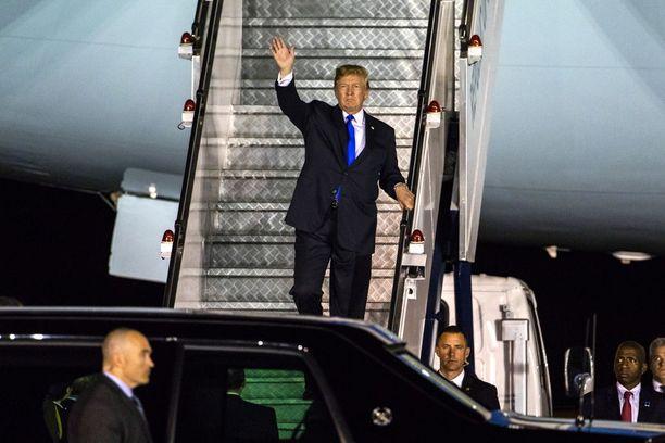 Trump marssi Air Force Onesta suoraan limusiiniinsa palattuaan Singaporen-matkaltaan.