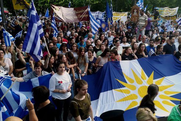 Mielenosoittajat eivät voi hyväksyä nimeä Makedonia lainkaan rajanaapurinsa nimessä. Kuva Larisasta.