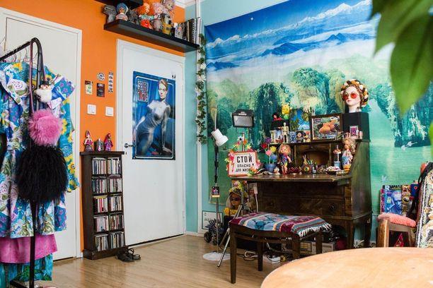 Asunnon kokonaisvaikutelma on persoonallinen ja värikäs. Lipaston Tuisku on perinyt isomummoltaan.