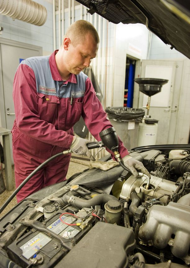 Toyota Kaivokselan asentaja Jouko Holopainen vaihtaa öljyjä 450 000 kilometriä ajettuun Lexukseen. – Autolla on ollut vain yksi omistaja, joka pitää autosta ja haluaa pitää sen hyvässä kunnossa, Holopainen sanoo.