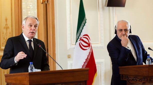 Iranin ulkoministeri Javad Zarif (oik.) piti tiistaina yhteisen lehdistötilaisuuden Jean-Marc Ayrault'n kanssa.