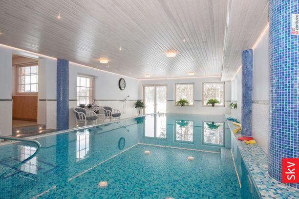Osa ylellistä huvilaa on oma kylpyläosasto, jossa on muun muassa sisäuima-allas vesihierontapisteineen.