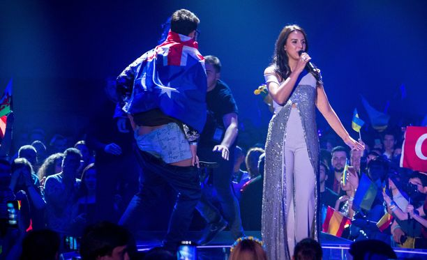 Vitalii Sediuk kiipesi Euroviisuissa lavalle, repien housujaan alas.