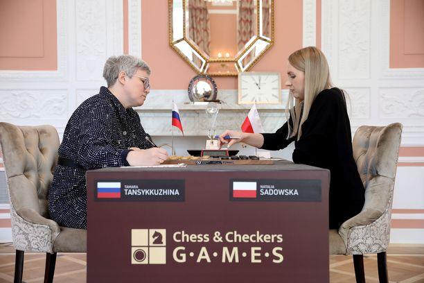 Vielä ottelun alussa Venäjän lippu näkyi sekä Tansykkuzhinan nimitarrassa että pöydällä.