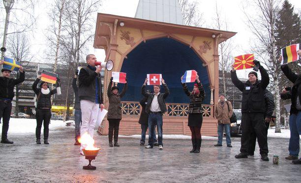Perussuomalaisten nuorisojärjestö poltti puheenjohtajansa Sebastian Tynkkysen johdolla EU-lipun Mikkelissä. Sytytystä ei nähty.