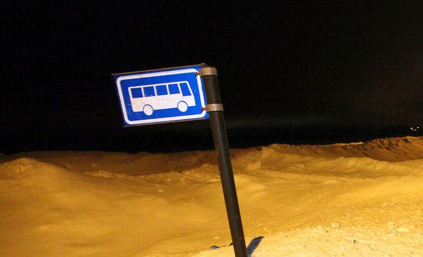 Koulubussi syttyi palamaan Viitasaarella. Kuvituskuva.