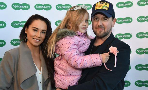 Nina ja Esko sekä Eskon tytär Victoria edustivat yhdessä maaliskuussa Specsavers-liikkeen tilaisuudessa.