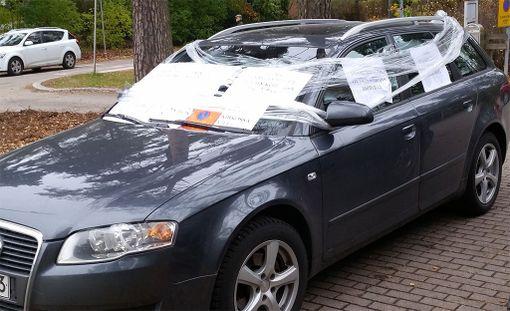 Keskiviikkona Tapiolan kirkon vahtimestari oli kiinnittänyt väärin pysäköityyn Audiin kieltolappuja kelmulla.