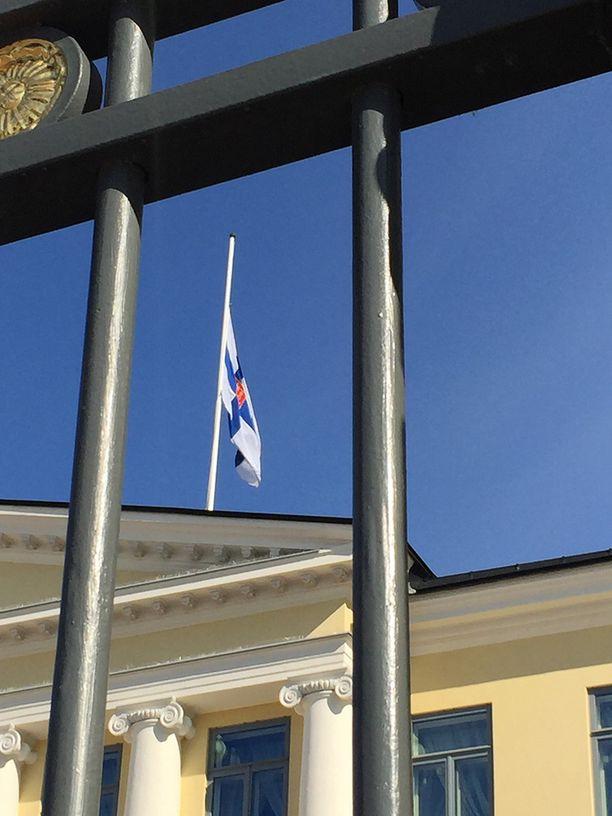 Presidentinlinnassa on lippu puolitangossa.