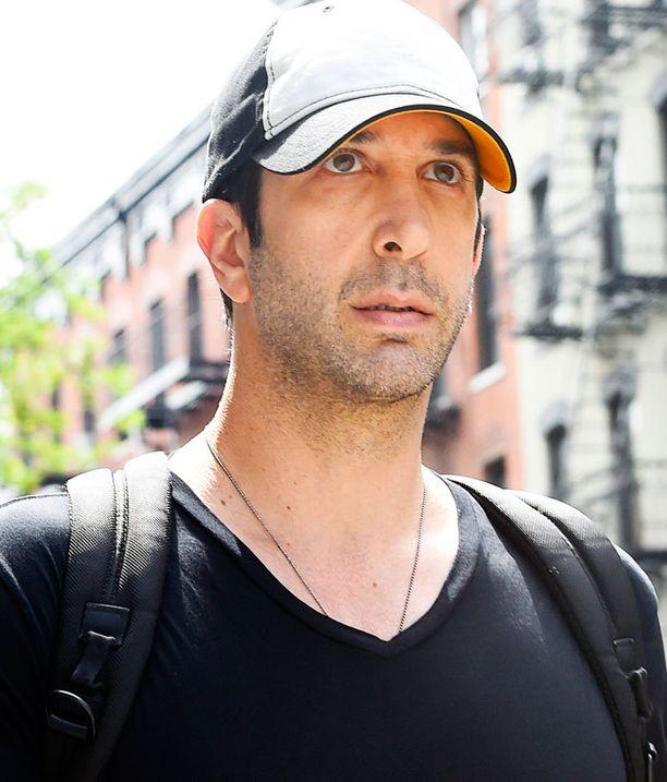David Schwimmer, 48, ei nykyään juuri parrasvaloissa paistattele. Mies muistetaan yhä parhaiten Frendien ihanana Rossina.