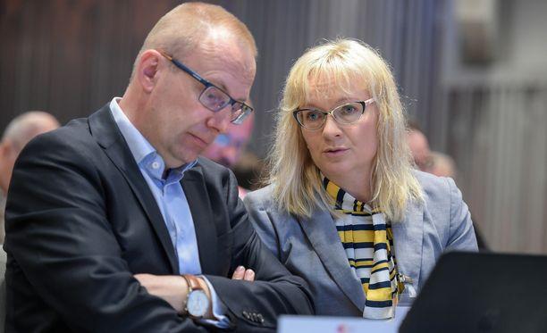 JHL:n aiempi puheenjohtaja Jarkko Eloranta ja nykyinen puheenjohtaja Päivi Niemi-Laine.