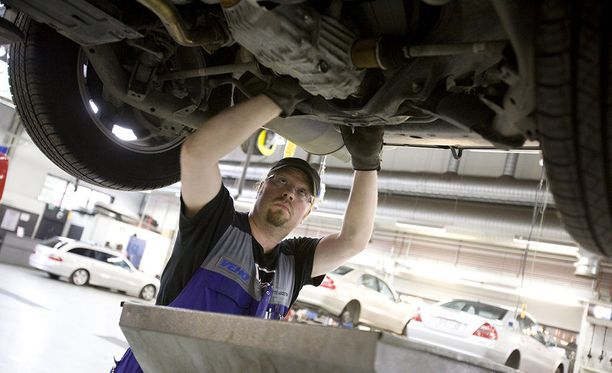 Ennen omatoimista öljynvaihtoa oman auton vaatima öljylaatu tulee selvittää huolellisesti. Arkistokuva.