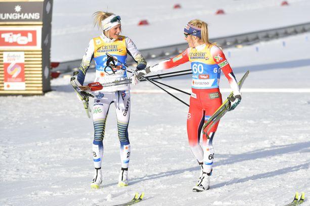 Frida Karlsson sai maalissa onnittelut esikuvaltaan Therese Johaugilta.