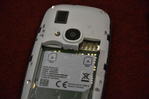 Puhelimessa on kaksi sim-korttipaikkaa ja yksi muistikorttipaikka. Suurimmassa osassa älypuhelimia käytössä olevat nano-sim-kortit vaativat micro-sim-adapterin, jotta ne sopivat.