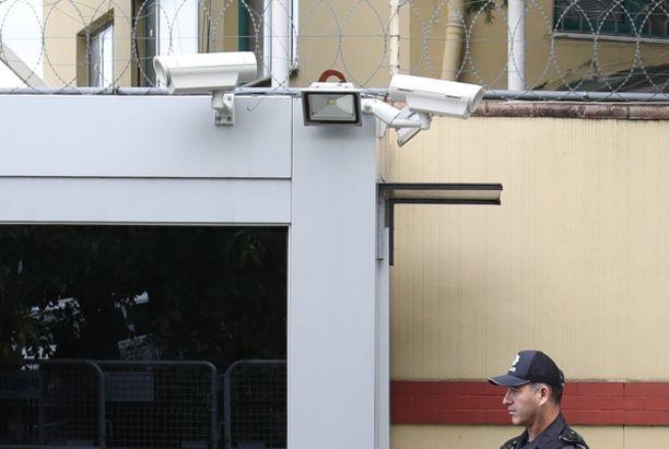 Turkkilainen poliisi seisoi vahdissa konsulaatin edessä, jossa näkyvät myös turvakamerat. Khashoggi näkyi videolla saapumassa rakennukseen, mutta videota hänen poistumisestaan ei ole löytynyt.