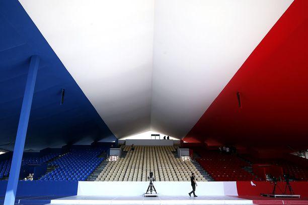 Nizzassa valmisteltiin tiistaina muistojuhlaa viime vuoden heinäkuussa tapahtuneen terrori-iskun uhrien muistolle.