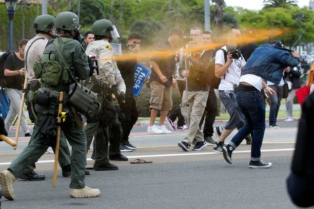 Poliisi kaasutti protestoijia paprikasumutteella Harbor Drivella.