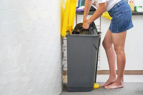 Mitä isommaksi roskapussi turpoaa, sitä inhottavampi sitä on hoitaa pois.