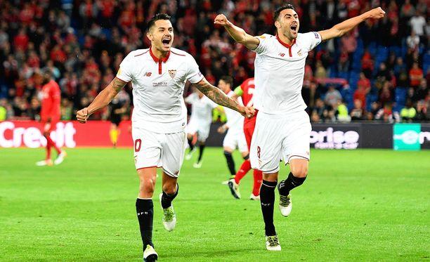 Vitolo (vas.) ja Vicente Iborra tuulettavat jo Eurooppa-liigan voittajina.