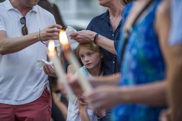 Tuhannet ihmiset osallistuivat viime perjantaina kynttilämielenosoitukseen, jossa muistettiin Capital Gazetten murhattuja työntekijöitä.