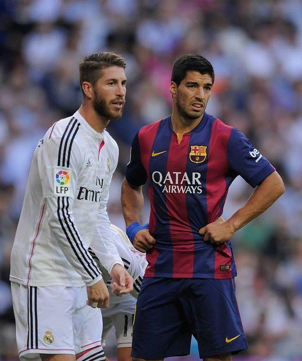 Sergio Ramos ja Luis Suárez pääsevät stadionille turvatarkastusten ohi.