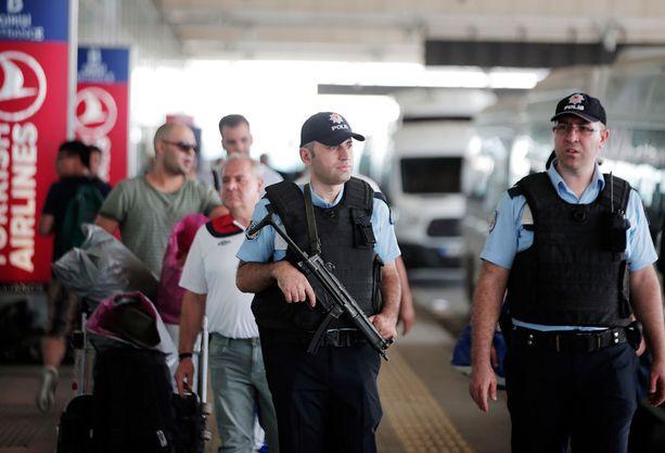 Poliisit partioivat iskun jälkeen kentällä.