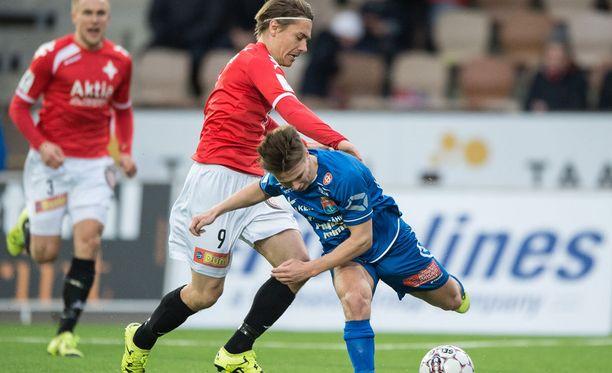 HIFK:n Pekka Sihvola vääntää PS Kemin Matias Ojalan kanssa.