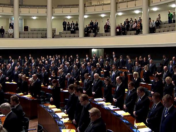 Kansanedustajat ja lehtereillä ollut yleisö nousi seisomaan minuutin hiljaisen hetken sekä puhemies Tuula Haataisen (sd) puheen ajaksi.