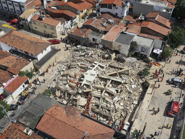 Seitsenkerroksinen asuinrakennus romahti yllättäen Brasilian Fortalezassa tiistaina aamupäivällä paikallista aikaa.