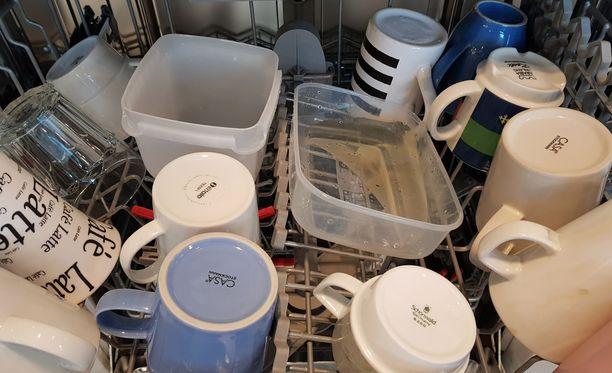 Muoviastiat kääntyvät tiskikoneessa helposti nurin ja täyttyvät likavedellä.