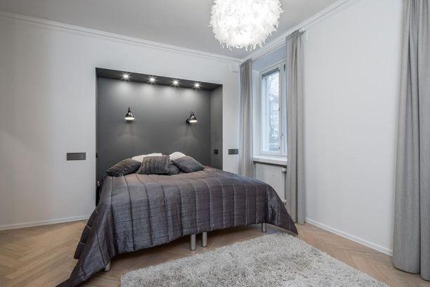Sängynpäädyn voi toteuttaa myös näin. Tyylikäs ja näyttävästi valaistu syvennys tekee makuuhuoneesta mielenkiintoisen ja modernin.