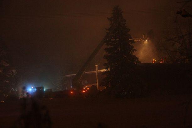 Maskulaisen maanrakennusliikkeen toimitilat vaurioituivat tulipalossa.