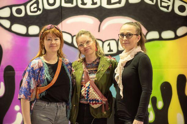 Querellen festivaali on The Train Factoryn yleisötapahtuma. Kuvassa vasemmalla Annika Salonen ja Nina Enroth Kaheli Design -somistustiimistä ja oikealla tapahtuman tuottaja Leena Hoverfält.