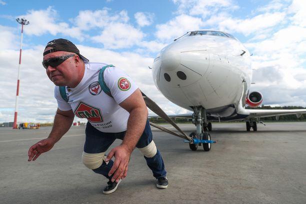 Sergei Agadzhanian veti perässään lentokonetta.