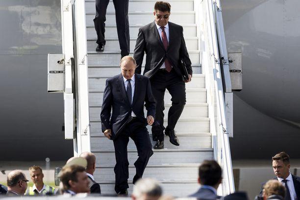 """""""Tässä Putinin puku näyttää oikein hyvältä, mutta hänen takkinsa leikkaus voisi olla hieman kapeampi,"""" toteaa helsinkiläisen Gasell GB pukuliikkeen Petri Palovaara."""
