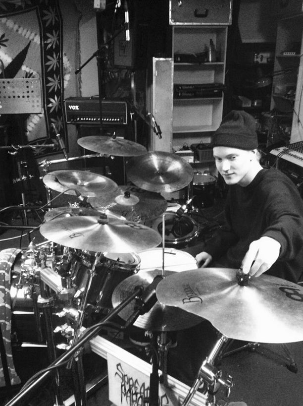 Ossian Jaakkola soitti death metalia rummuilla.