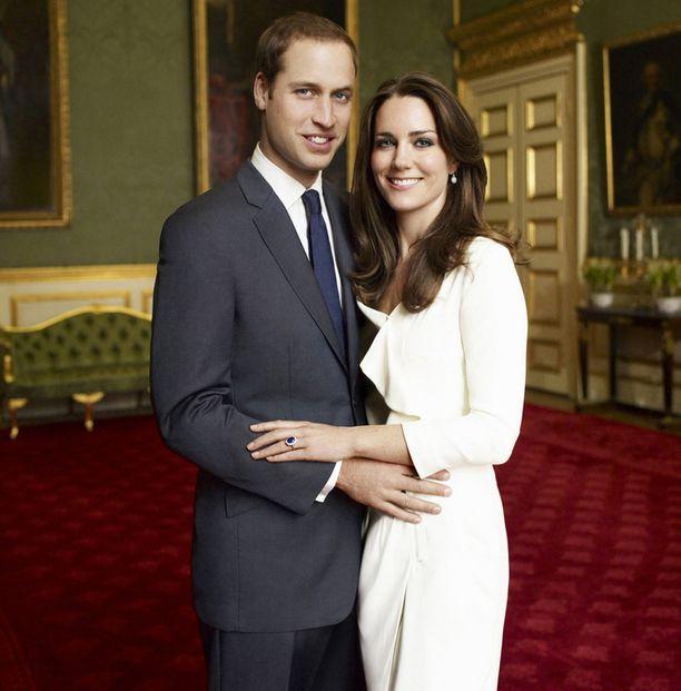 KIHLAMEKKO Kate pukeutui kihlajaiskuvaansa Reissin noin 200 euron hintaiseen Nanette-mekkoon.