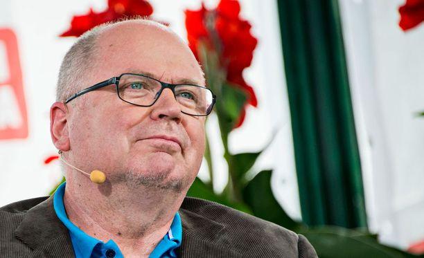 Eero Heinäluoma katselee politiikkaa kansanedustajana.