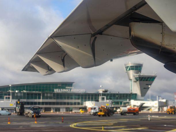 THL varoitti ulkomaille matkaavia turisteja, Aurinkomatkat perui lentojaan Espanjaan, Kroatiaan ja Turkkiin. Kuva Helsinki-Vantaan lentokentältä.