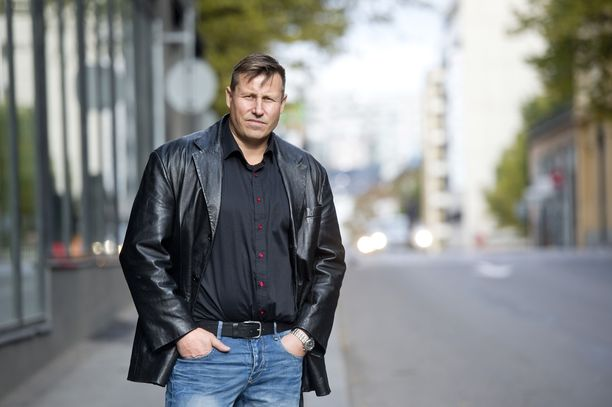 Poliisin Karhu-ryhmässä toiminut poliisi Harri Gustafsberg on tutkinut poliisin suorituskykyä vaativissa tilanteissa ja sen kehittämistä. Hän arvioi, että viranomaisten operaatio Kuopion kouluhyökkäykseen liittyen oli onnistunut.