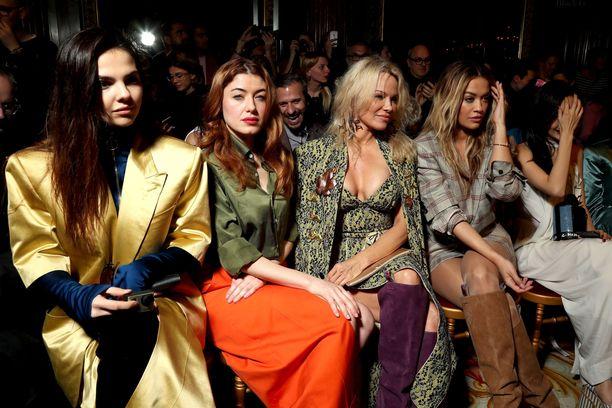 Doina Ciobanu, Caroline Tillette, Pamela Anderson ja Rita Ora Vivienne Westwoodin näytöksessä vuonna 2017.