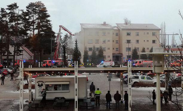 Kohteessa oli viisi pelastuslaitoksen yksikköä sekä useita ambulansseja ja poliisin partioita.