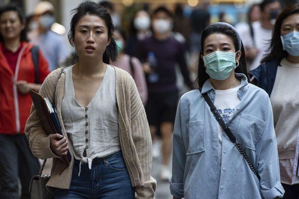Hongkongissa osa ihmisistä käyttää hengityssuojaimia, mutta eivät kaikki.