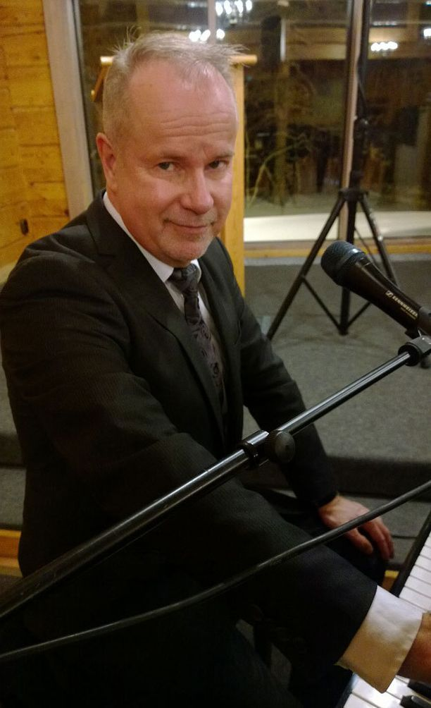 Petri Laaksonen aloitti Lapin kiertueensa Saariselältä, missä hän lauloi Euroviisu-kappaleensa Eläköön elämä.