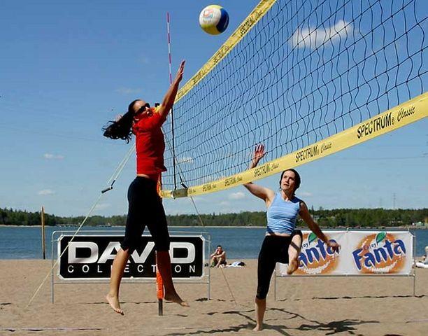 Rantalentopalloa on perinteisesti pelattu hieman tammikuista Helsinkiä lämpimimmissä olosuhteissa.